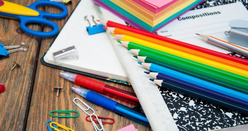 School supplies including colorful color pencils, notebooks and so on inlingua Andorra blogpost Les tradicions del primer dia d'escola arreu del món