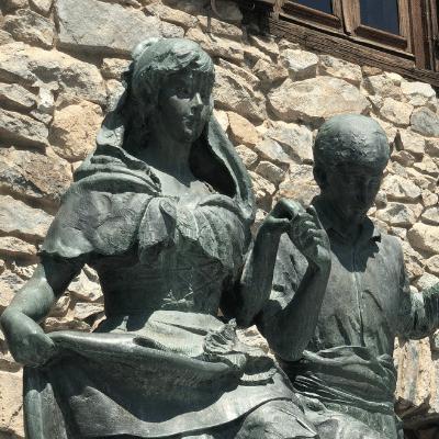 Bellesa, bellesa per tot arreu inlingua Andorra blog post two statues of boy and girl dancing in Andorra