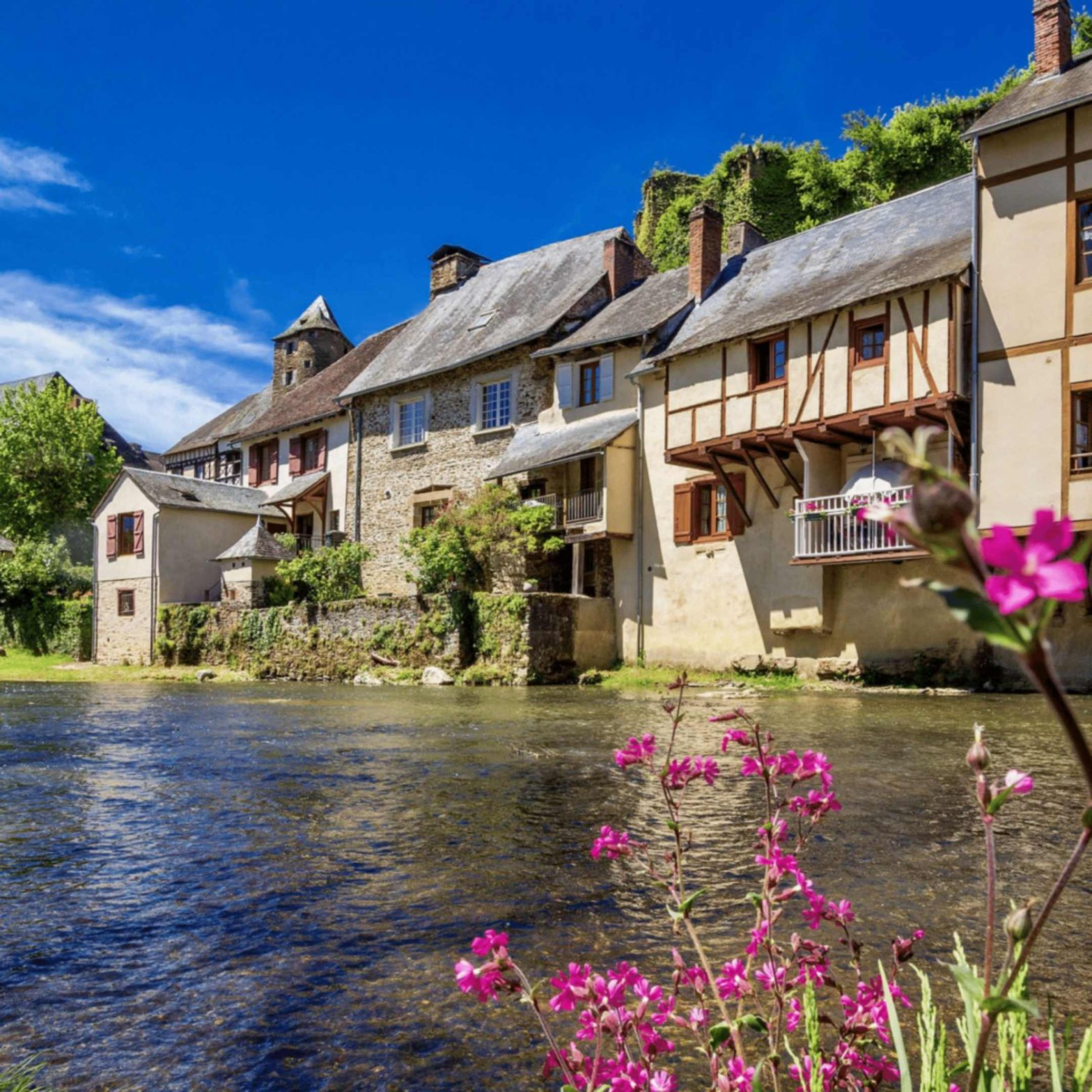 Records d'un mercat medieval inlingua Andorra blogpost beautiful town in France house with flowers next to a river