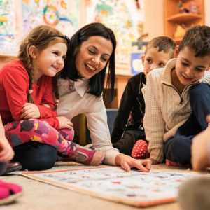 inlingua Andorra teacher with young children (DOTS, Bubbles) English class in Andorra