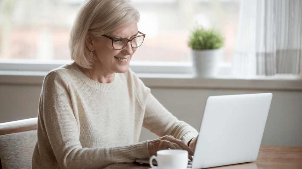 Femme adulte apprenante en ligne ordinateur portable langues inlingua Andorre