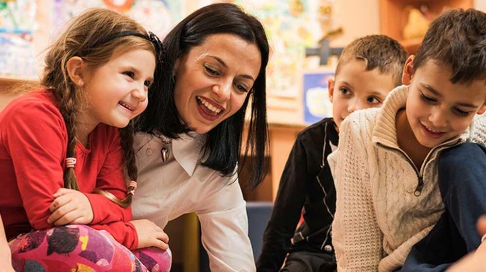 inlingua Andorra teacher with children