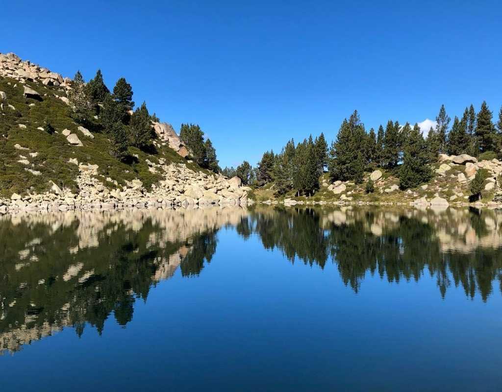 Preciós llac amb muntanyes a Andorra